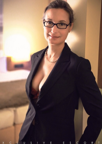 Escort Hamburg Celine zeigt ihr sexy Dekolltée