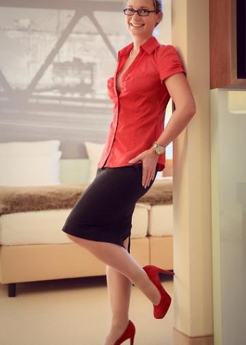 Escort Hamburg Dame Celine in heißer roter Bluse