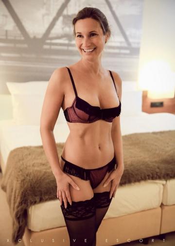 Escort Hamburg Dame Celine zeigt ihren perfekten Körper
