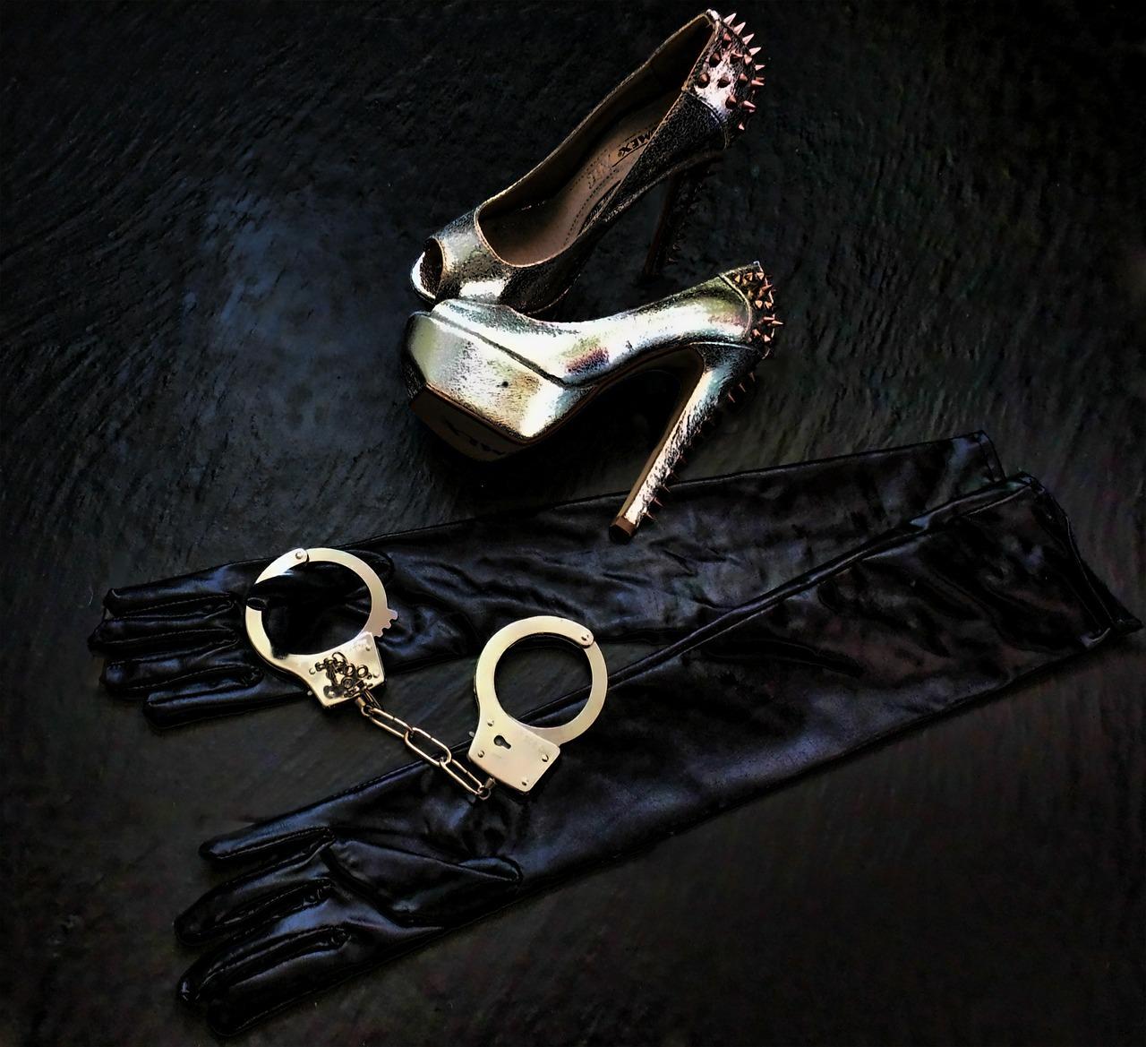 Toys wie Handschellen und Handschuhe für Escort Hamburg Damen