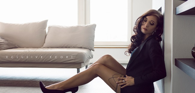 Escort Lady Pia shows sexy legs