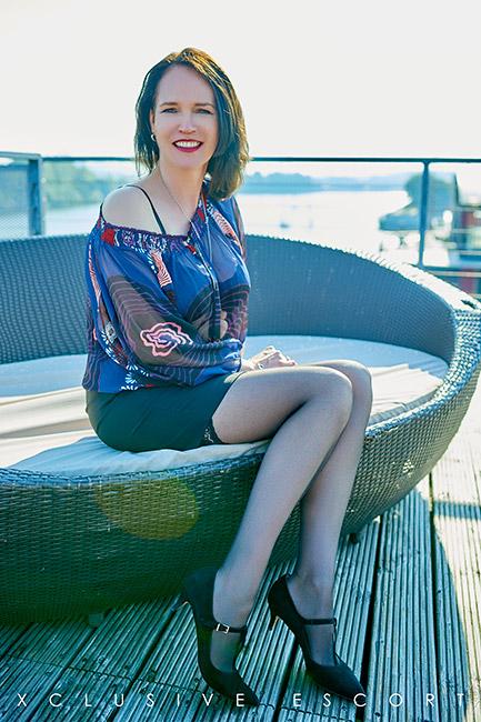 Escort Hamburg Dame Amber im sexy Freizeitlook