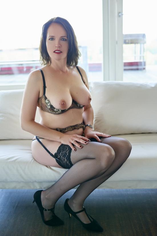 Escort Hamburg Dame Amber zeigt ihre schönen Brüste