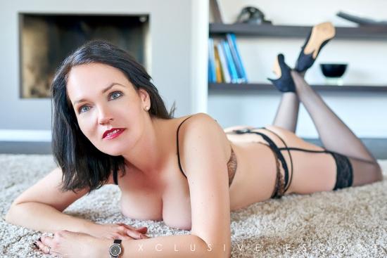 Escort Hamburg Dame Amber ganz laszif auf dem Teppich