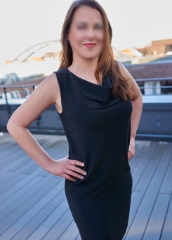 Escort Hamburg Modell Hannah in classic dress