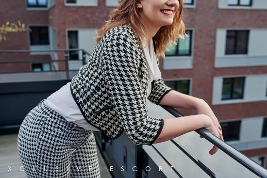 Escort Hamburg Dame Julia in schickem Anzug