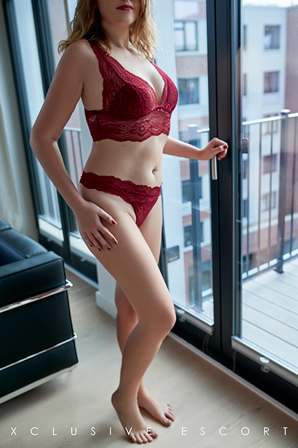 Escort Hamburg Dame Julia in rot