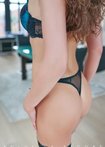 Escort Hamburg Modell Darleene shows her perfect back