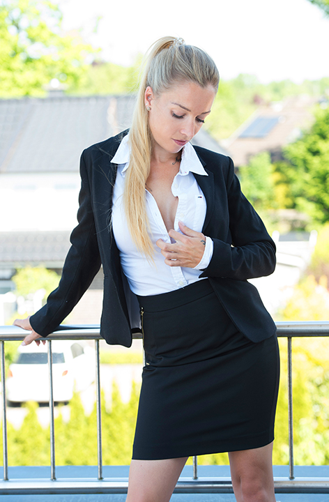 Escort Hamburg Model Pia in Business Look