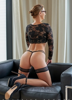 Escort Hamburg Lady Celine shows her back