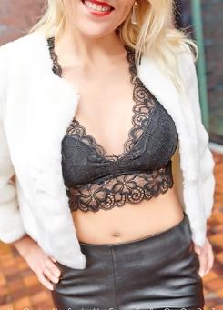 Escort Hamburg Dame Nina in sexy Leder