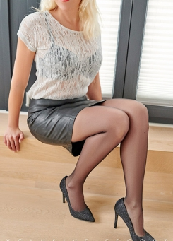 Escort Hamburg Model Nina in sexy Leatherskirt