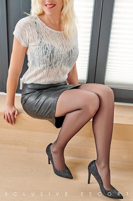 Escort Hamburg Dame Nina in sexy Lederrock
