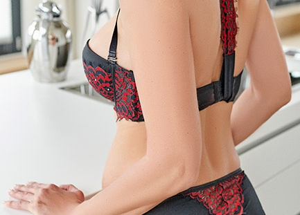 Escort Hamburg Dame Nina zeigt sexy Hintern