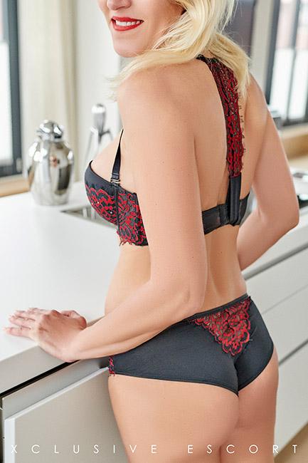 Escort Hamburg Model Nina shows sexy back