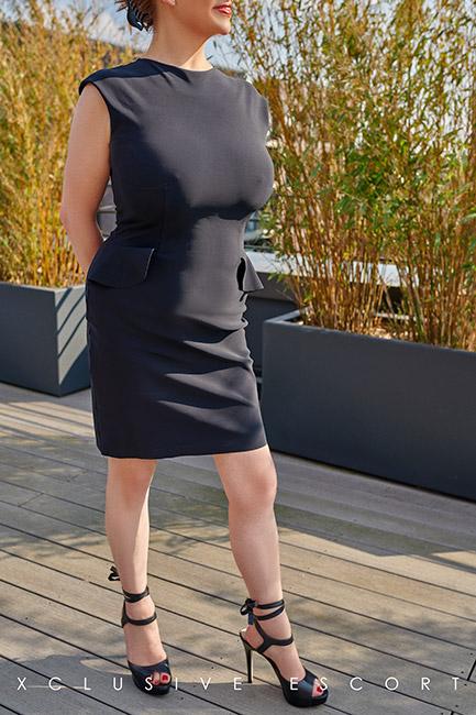 Escort Hamburg Dame Sina in hübschem Sommeroutfit
