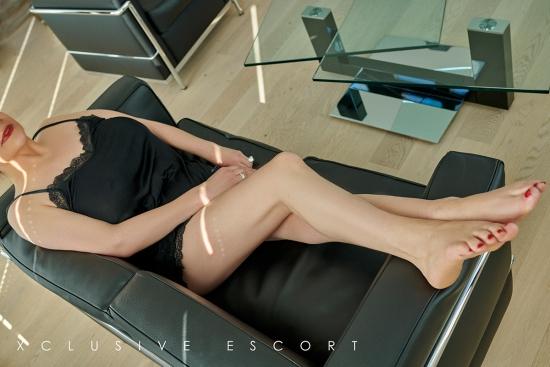 Sina vom Escort Hamburg zeigt schöne Füße
