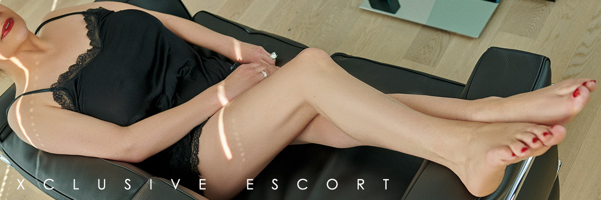 Escort Hamburg Model Sina shows beautiful feet