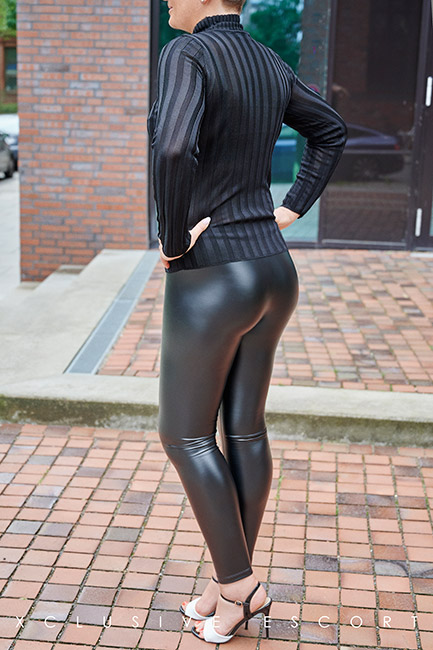 Escort Hamburg Model Tia in Lederleggins