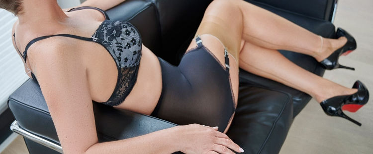 Escort Hamburg Model Tia in finest Nylons