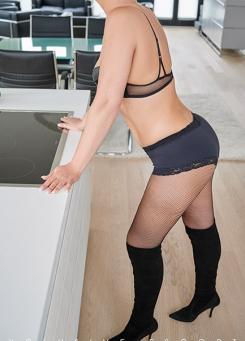 Escort Hamburg Model Tia in fishnet stockings