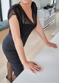 Escort Hamburg Model Tia in black dress
