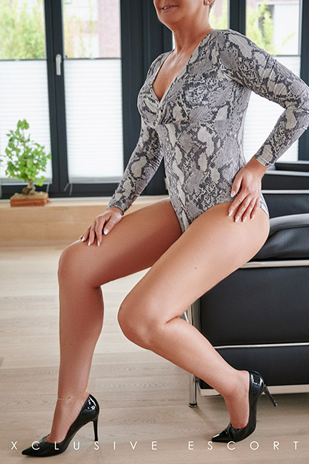 Escort Hamburg Model Tia in hot Snakebody