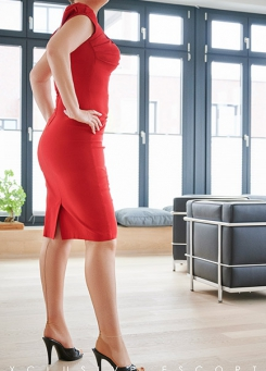 Escort Hamburg Model Tia in red Dress