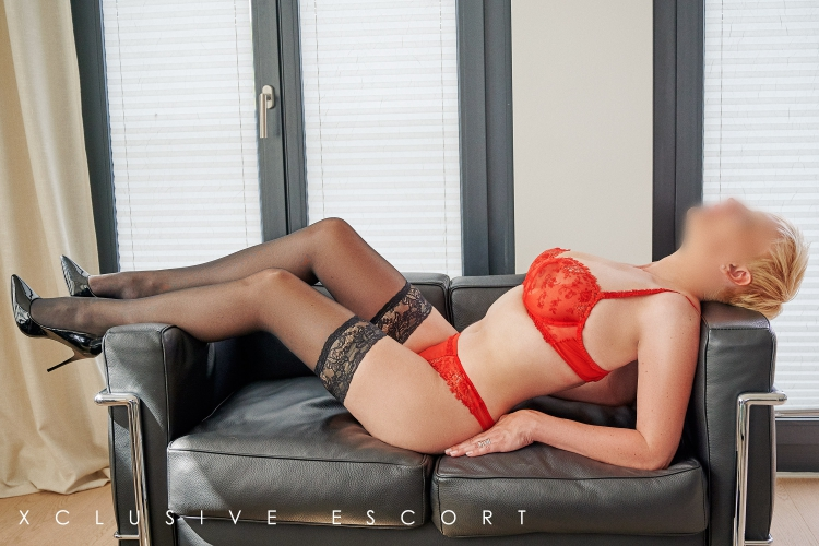 Escort Hamburg Dame Lea in roten Dessous