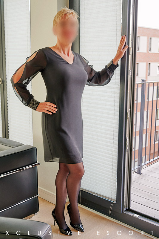Escort Hamburg Dame Lea in hübschem Businesslook