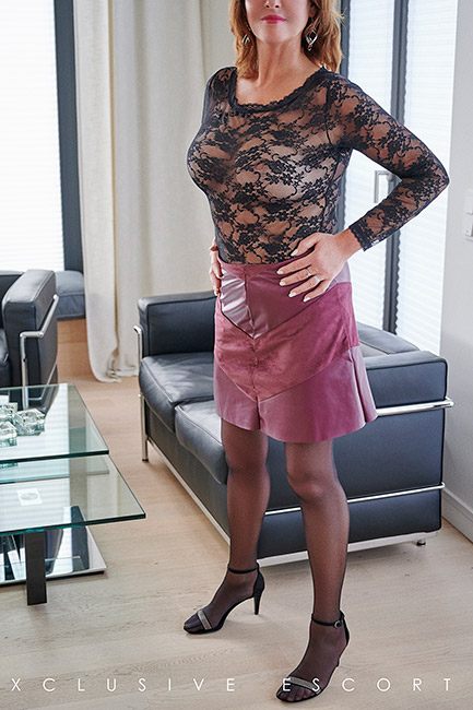 Escort Hamburg Dame Dorina in frivolem Outfit