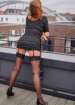 Escort Hamburg Dame Dorina zeigt Po