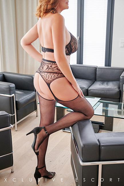 Escort Hamburg Dame Dorina in sexy Rückenansicht