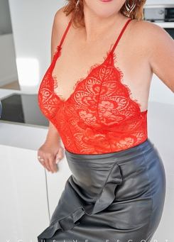 Escort Hamburg Model Dorina in Leather and red Lace