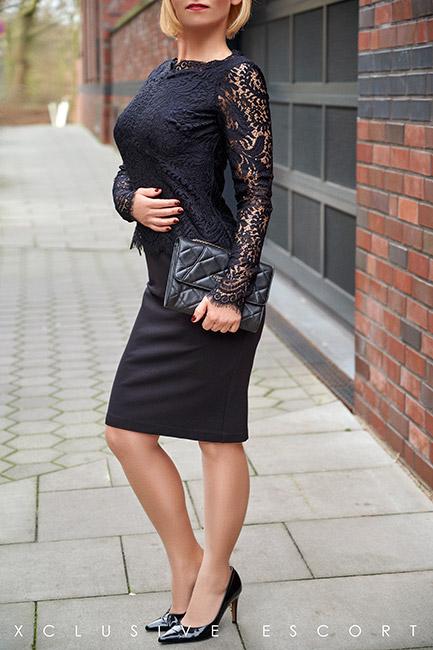 Escort Hannover Dame Mira im eleganten schwarzen Abendkleid