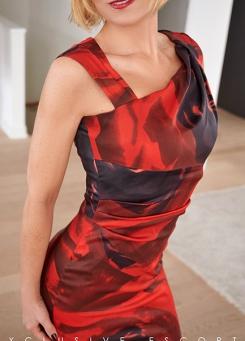 Escort Hannover Dame Mira im roten Etuikleid