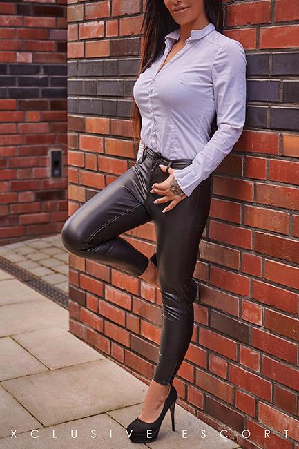 Escort Frankfurt Dame Ricarda in sexy Lederhose