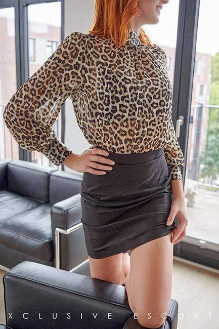 Escort Hannover Dame Mia in elegantem Dress. Perfekt für ein kleines Sekretärinnen Rollenspiel.