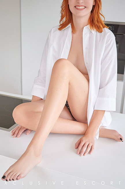 Escort Hannover Dame Mia in sexy oversize Bluse.