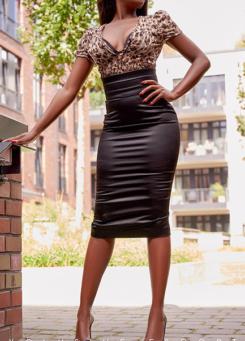 Escort Berlin Dame Naomi in sexy eleganten Outfit