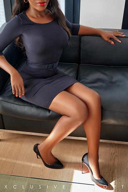 Escort Dame Naomi in klassisch schwarzen Etuikleid