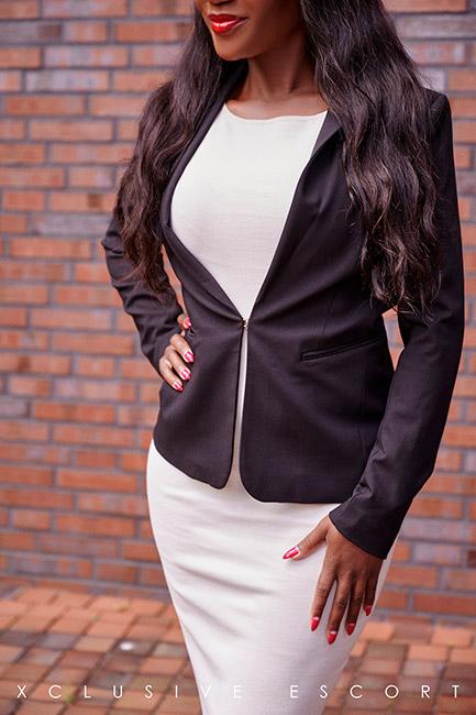 Escort Berlin Dame Naomi im schicken Businesslook