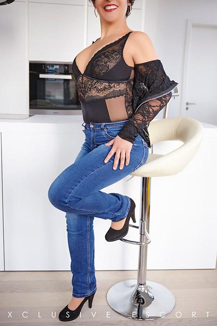 Escort Dame Maze vom Escort Berlin in sexy Jeans