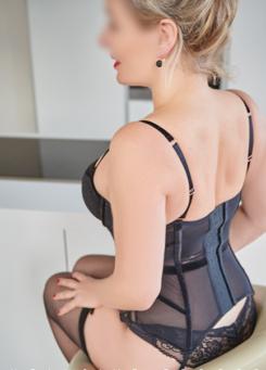 Escort Hamburg Dame Eve zeigt hübschen Rücken in sexy Corsage