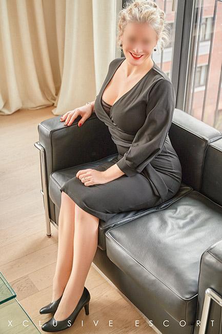 Escort Dame Eve vom Escort Hamburg in klassischem Outfit