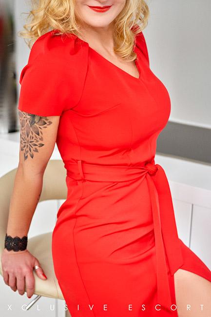 Escort Dame Annabelle vom Escort Hamburg in entzückendem Rot