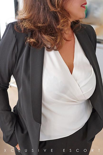 Escort Hamburg Dame Tara in hübschen Business-Dress